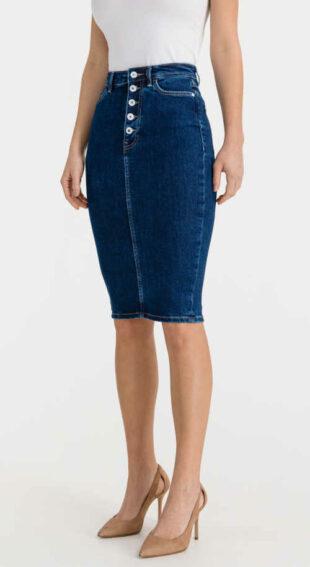 Damska stylowa spódnica jeansowa Guess, która podkreśla figurę.