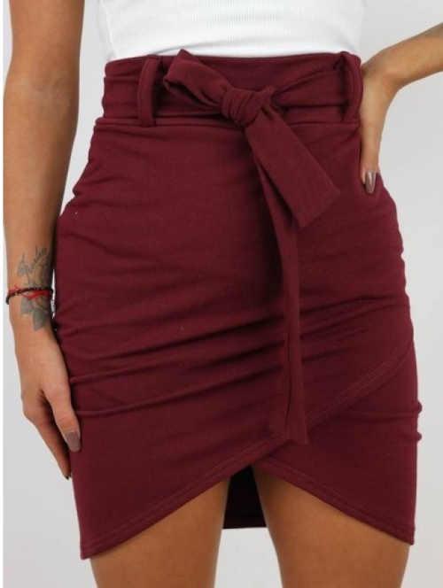 Krótka spódnica damska w efektownym kolorze i ciekawym kroju