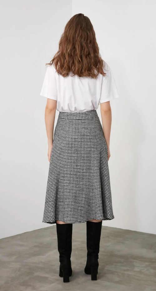Nowoczesna czarno-biała spódnica o długości midi