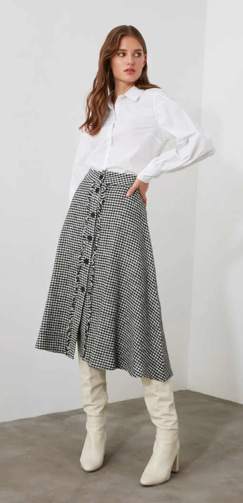Spódnica w kratę z plisą guzikową