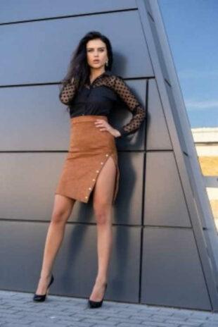 Stylowa spódnica z rękawami w kolorze karmelowym wykonana z miękkiego zamszu.
