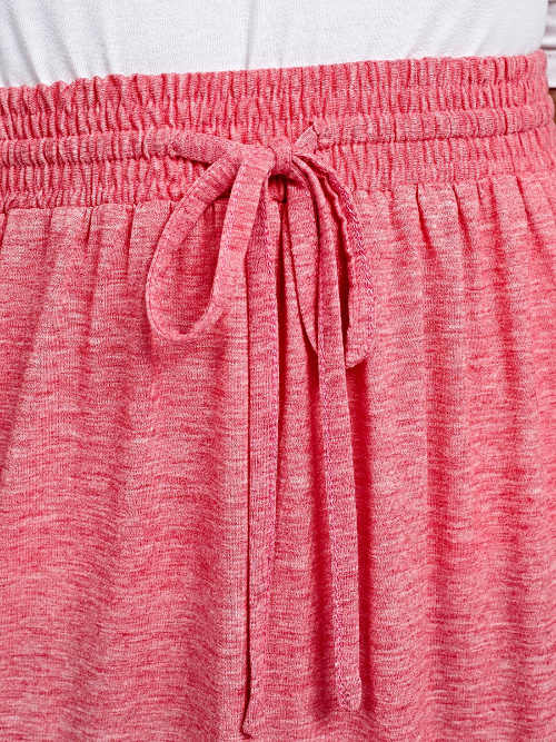 Sznurek w talii różowej spódnicy