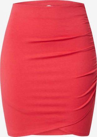 Mini spódniczka w odważnym kolorze.